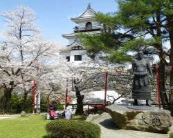 749px-Shiroishijo_Castle_&_statue_of_Ōzutsu_Man'emon