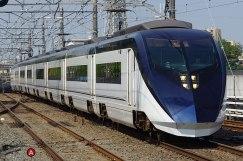 640px-Keisei_Skyliner_passing_Higashi-Matsudo_station